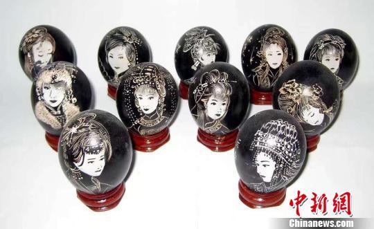 """纪道功雕刻的""""红楼梦十二金钗""""。受访者供图"""