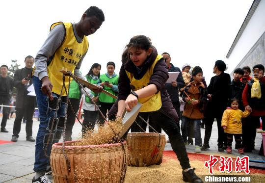 """来自合肥工业大学国际教育学院的留学生参加""""扁担挑粮""""趣味比赛。 韩苏原 摄"""