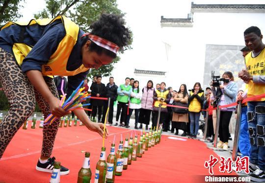 """来自合肥工业大学国际教育学院的留学生参加""""抢种水稻""""趣味比赛。 韩苏原 摄"""
