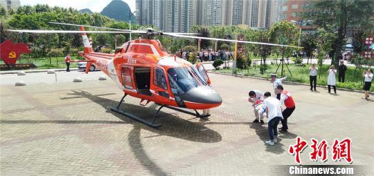 图为医护人员将患儿送上飞机。 黄庆松 摄
