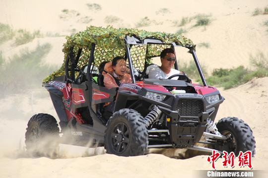 游客体验沙漠越野车。 杨东东 摄