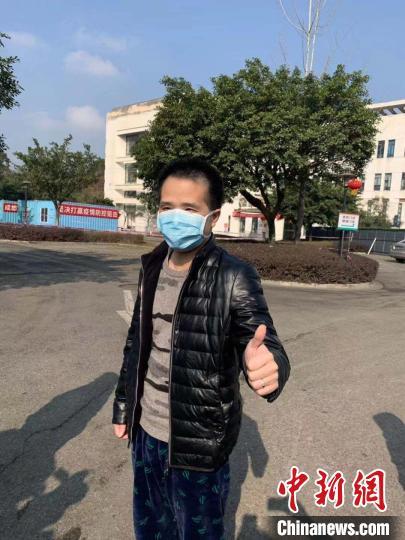 四川省第一例治愈的新型冠状病毒感染的肺炎患者29日上午出院。 钟欣 摄