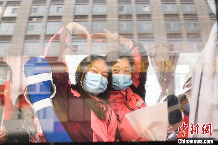 新疆支援湖北医疗队队员踏上归途 刘瑜 摄