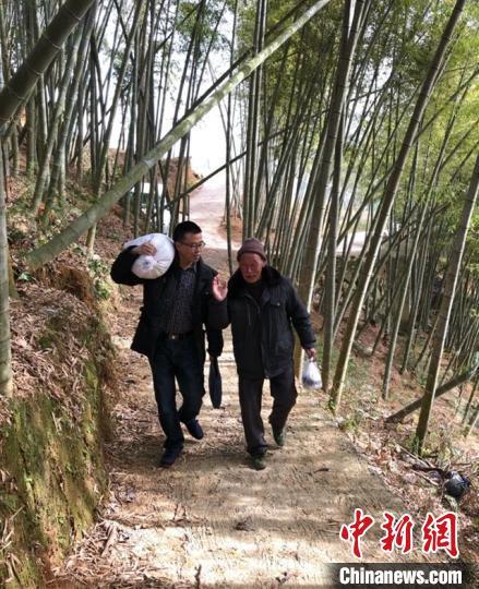 图为省派柘荣县花坪村第一书记柯多强走访看望困难群众。 柘荣县委组织部 供图 摄