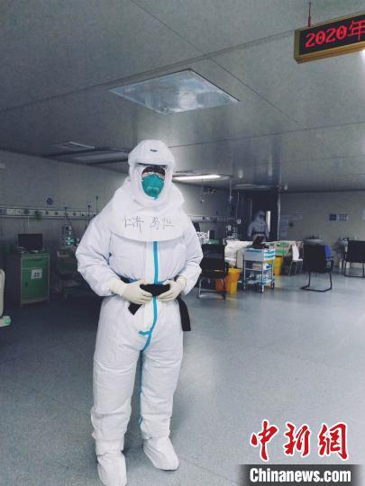 """穿上防护装的医护好像""""太空人""""。 仁济医院供图"""