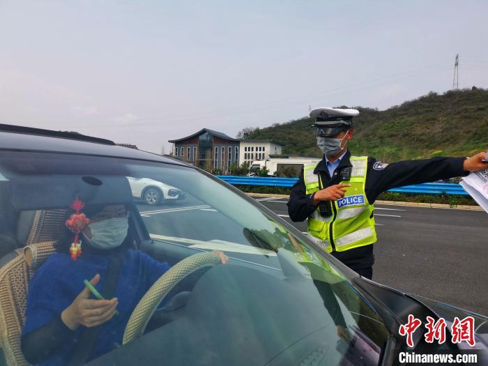 交警在宜昌收费站指挥交通 宜昌市交通运输局供图