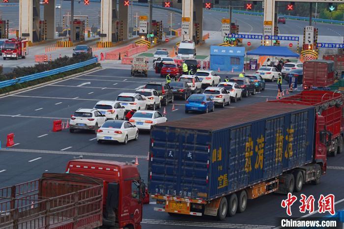 车辆有序通过宜昌收费站 宜昌市交通运输局供图