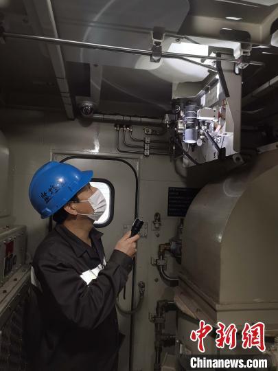 图为,武昌南机务段工人检修机车 周凯 摄