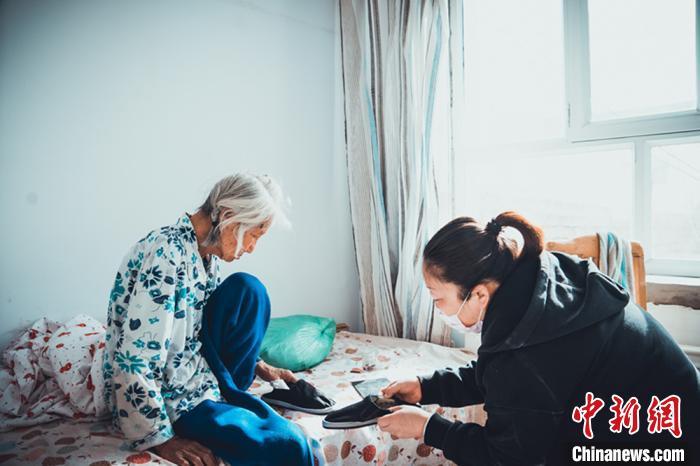 图为宋敏照顾老人的生活起居。 刘升 摄