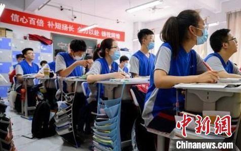 距7月7日高考日近,厚厚的题册,无声地诉说着学子们的努力。 韦亮 摄