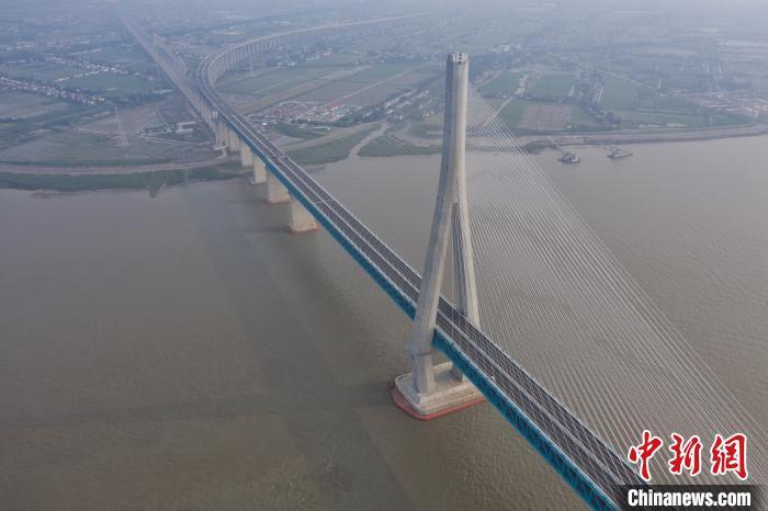 6月30日下午沪苏通大桥航拍。 张亨伟 摄