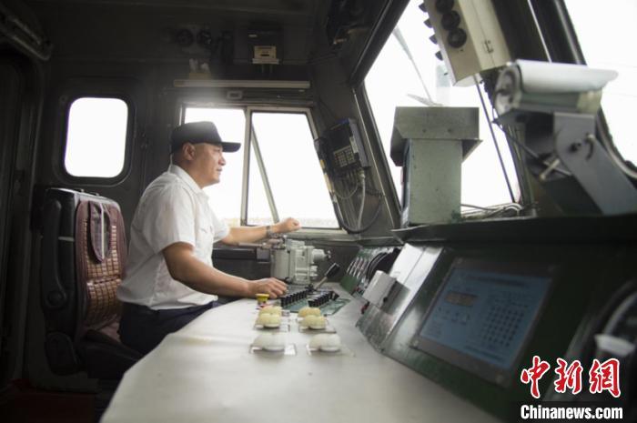图为孔祥发在驾驶机车。 董治国 摄