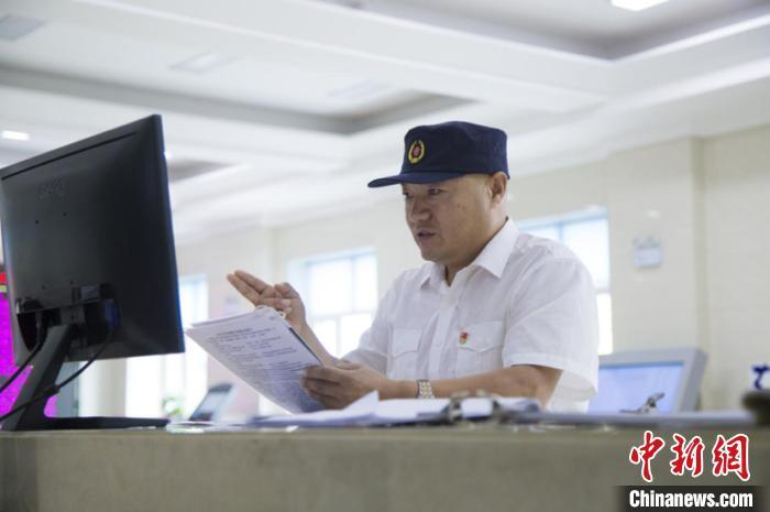 图为孔祥发在出勤时核对运行揭示和监控数据。 董治国 摄