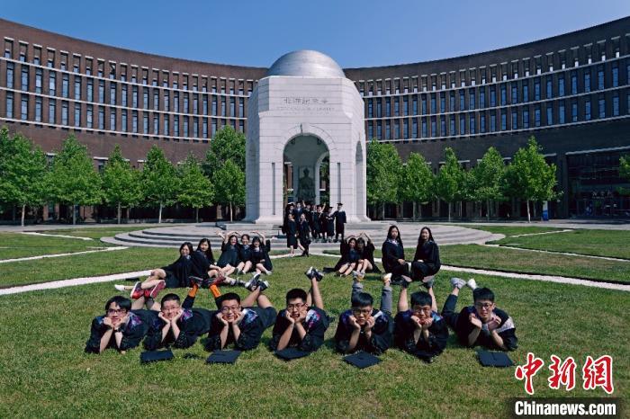 图为天津大学毕业生创意毕业照。天津大学供图