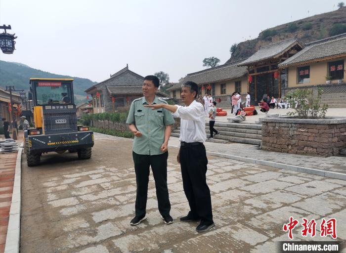 王家岔村村支书兼村主任杨和(左)和岢岚县宋长城文旅项目副总指挥李艾绅正在景区内忙碌。 杨杰英 摄