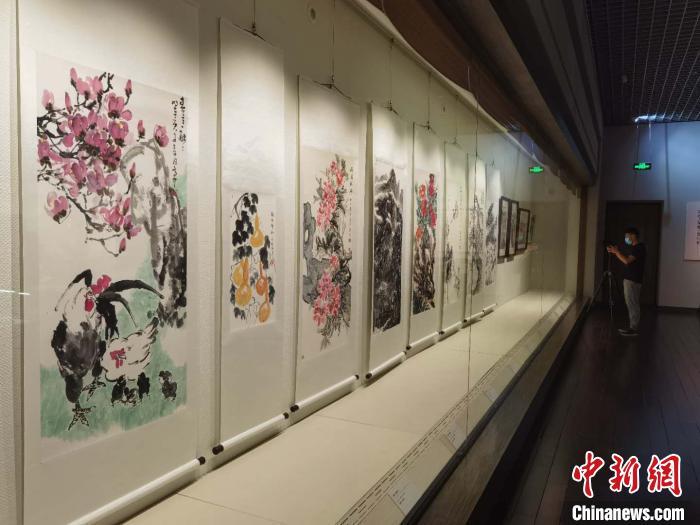 此次展览中的绘画作品。 胡健 摄