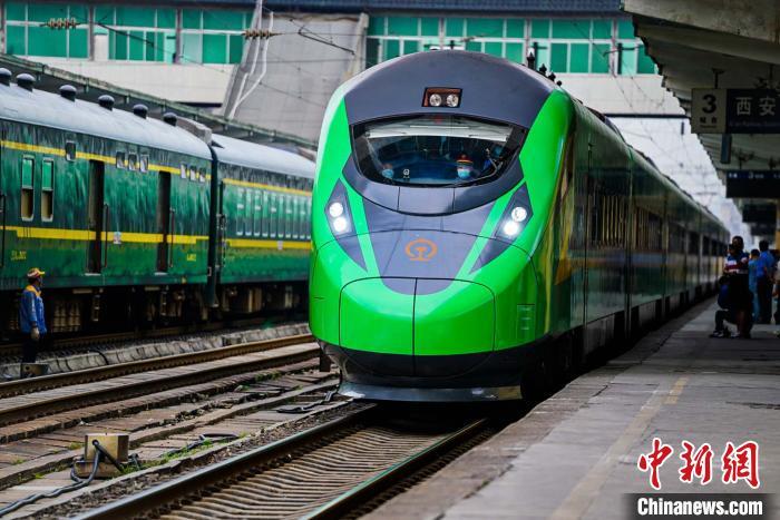 图为D5096次动车组列车。 尤艇 摄