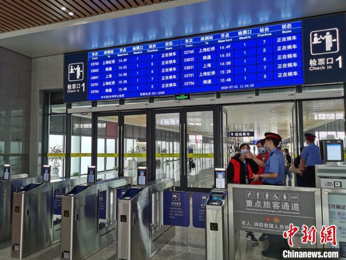 全新的火车站里,工作人员正等着迎接第一批到站旅客。 钟升 摄