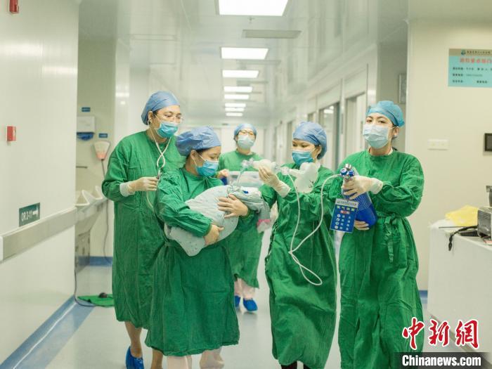 三亚中心医院妇产科、麻醉科、新生儿科为四胞胎保驾护航。徐敬供图
