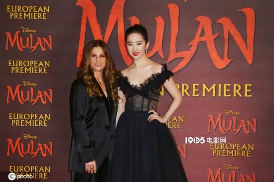 妮基·卡罗(左)与刘亦菲出席《花木兰》英国首映礼(资料图)